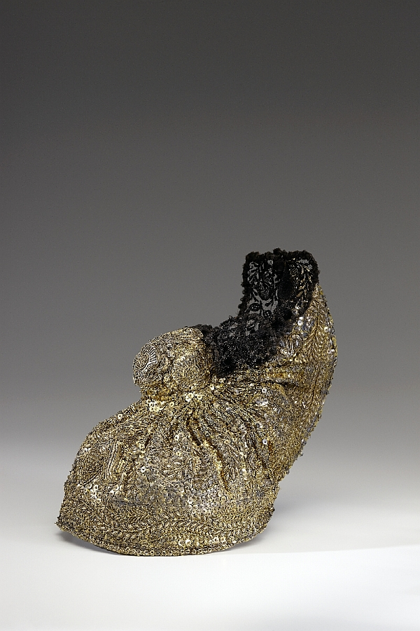 Linz traditional gold cap, Salzburg/Upper Austria, mid-19th c., gold lamé, gold sequins and tinsel, Léon gold wires, tulle, inv. no. 326-59