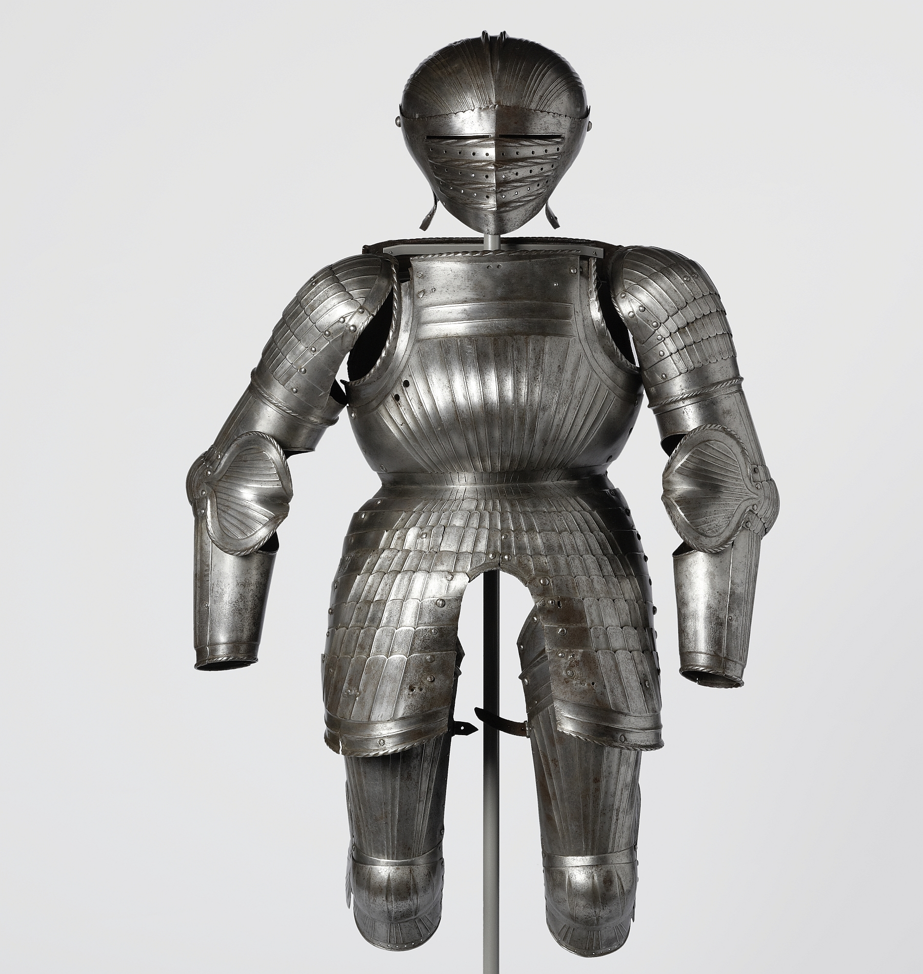 "Battle armour: parts of polished, fluted ""Maximilian-type"" armour with visor helmet, 1st quarter 16th c., inv. no. WA 372"
