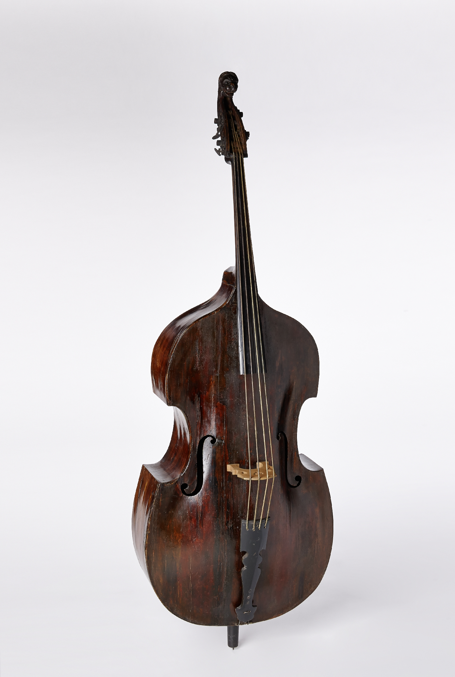 Double bass with the coat of arms of Prince Archbishop Franz Anton Prince of Harrach, Andreas Ferdinand Mayr, Salzburg, 1722, wood (maple, fir), metal, inv. no. MI 1084